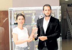 Kazandığı ödülleri okuluna bağışladı
