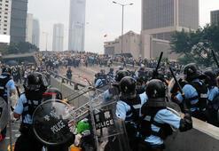 Dünyada ilk haber Hong Kong karıştı, sokaklarda çatışmalar var