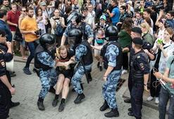 Rusyada muhalif gazeteciye destek yürüyüşü yapanlar gözaltına alındı
