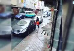 Sokakları dans ederek temizleyen işçinin renkli anları kamerada