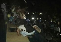 Yüzlerce can kaybı olmasından korkuluyor Bangladeşte yolcu treni nehre düştü