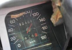 Kamyonun altına giren otomobilin hız kadranı 120de takılı kaldı