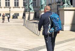 Sırt çantasıyla ayrıldı