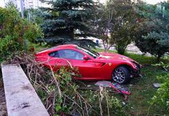 Lüks otomobille ölümden döndü