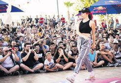 Dansçılar meydanda hünerlerini sergiliyor