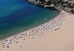 Sıcaktan bunalan İstanbullular Riva plajına akın etti