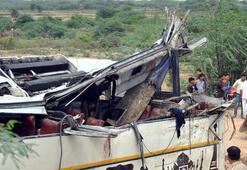 Hindistanda otobüs kanala düştü