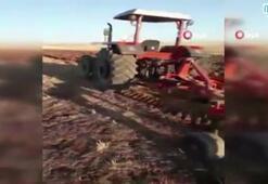 Şoförsüz traktör ile tarlayı sürdü