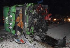 İki kamyon kafa kafaya çarpıştı