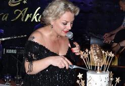 Doğum gününü sahnede kutladı