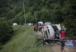 Yolcu minibüsü dereye devrildi Ölü ve yaralılar var