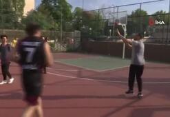 Bakan Kasapoğlu önce gençlerle basketbol oynadı, ardından 10 bin pota müjdesi verdi