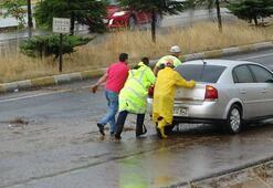 Aşırı yağış sonrası yol kapandı
