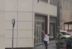 Kediyi yere düşmeden yakaladı