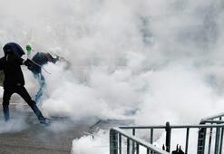 Hong Kongda göstericilere biber gazı