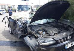 Lüks otomobilin tavanı kamyonda kaldı Ölü ve yaralılar var