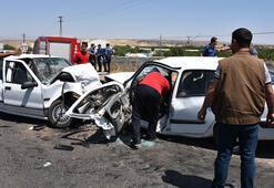 İki otomobil kafa kafaya çarpıştı sürücüler sıkıştı