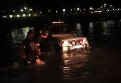 Irmakta araçlarıyla mahsur kaldılar