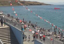 Vanın mavi bayraklı Mollakasım Plajına turist ilgisi