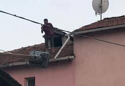 Elinde baltayla çatıya çıkan adam düştü