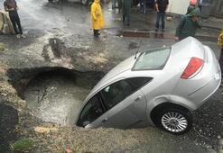 Park halindeki otomobil, yolun çökmesi sonucu oluşan çukura düştü