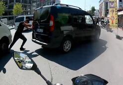 Minibüs, bozulan aracı iten adamın ayağını ezdi