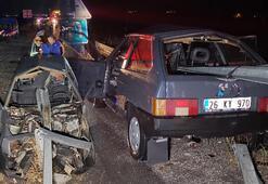 Erzincanda otomobil bariyerlere saplandı