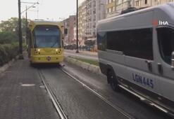 Fatihte tramvay yoluna giren minibüs, seferleri durdurdu