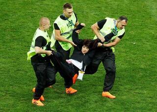 Final maçında sahaya taraftar girdi, Lovren çıldırdı