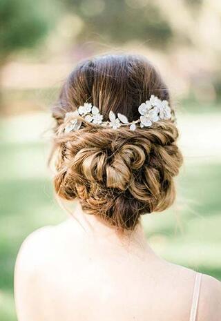 Yaz düğünleri için 18 saç stili