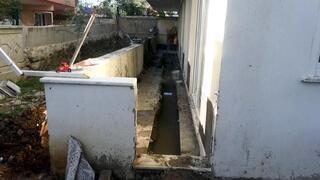 Yeni aldıkları evin balkonundan su çıktı