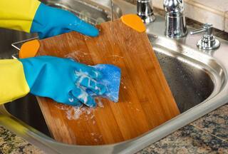 Kesme tahtasını asla bulaşık deterjanıyla yıkamayın
