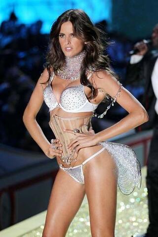 Ünlü futbolcunun sevgilisi Victoria Secret meleği