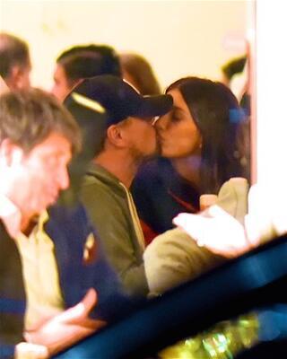 Sevgilisiyle dudak dudağa
