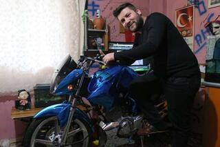 Modifiye motosikletini evinin salonuna park ediyor