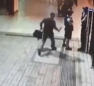 Polise bıçaklı saldırı güvenlik kamerasında