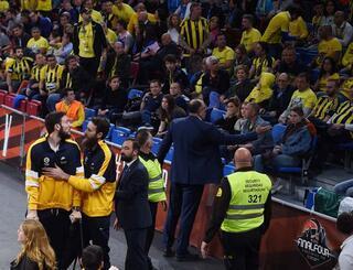 Fenerbahçe Bekoda Lauvergne taraftarla tartıştı
