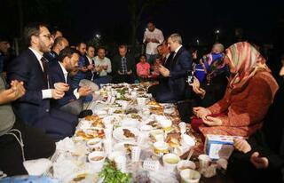 Cumhurbaşkanı Erdoğan sahilde vatandaşlarla iftar yaptı