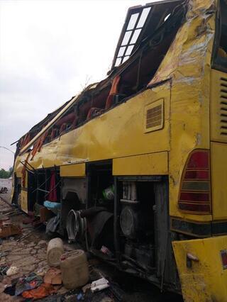 Tur otobüsü otomobile çarptı 4 ölü, 48 yaralı