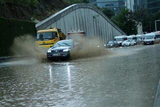 TEM bağlantı yolunda toprak kayması Yol kapatıldı