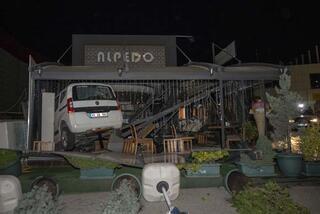 Ankarada otomobil kafeye girdi
