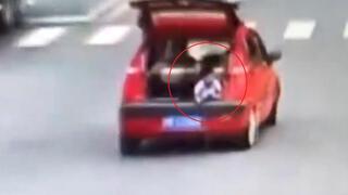 Çocuk yolda bagaj kapısını açtı, annenin haberi olmadı