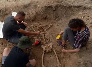 Arkeologları şaşırtan iskelet Herhalde keyfine düşkün biriydi
