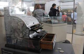 Dünyanın en eski 8.bankası Yaşlı kadın sergiye açıldı