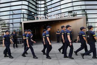 Uluslararası kriz çıktı Büyükelçilik önünde kendini yaktı
