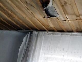 Gökyüzünden düşen buz kütlesi çatıyı deldi