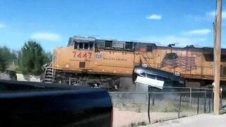 Otomobil yüklü TIRa tren çarptı