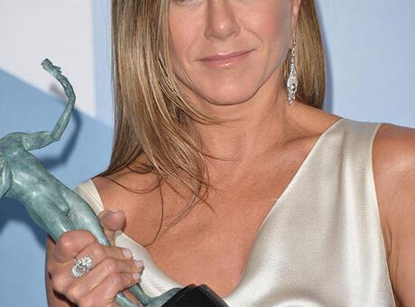 Jennifer Aniston ödül törenine kıyafetiyle damga vurdu!