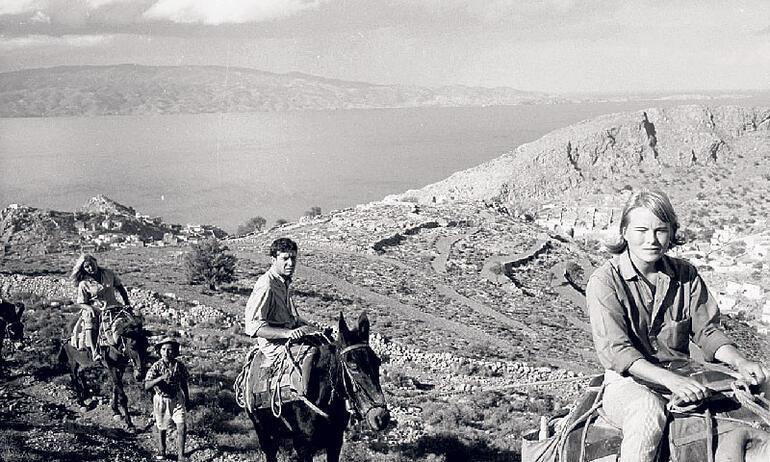 Ege'de bir adaya savrulmuş iki kişi ve  bir aşk hikâyesi