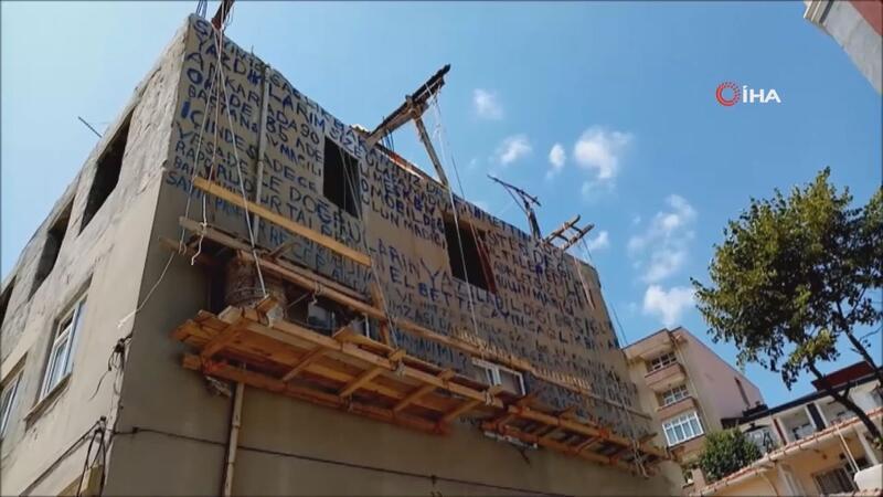 Tekirdağ'ın Malkara ilçesinde 70 yaşındaki bir vatandaş, iskeleye çıkıp evinin duvarına yazdığı yazıları görenler şaşkına döndü. Yazıyı okumak isteyenler ise anlam veremedi. ile ilgili görsel sonucu